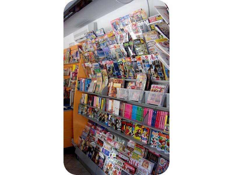 Arredamento edicola scaffali e arredi per giornali e riviste for Giornali di arredamento