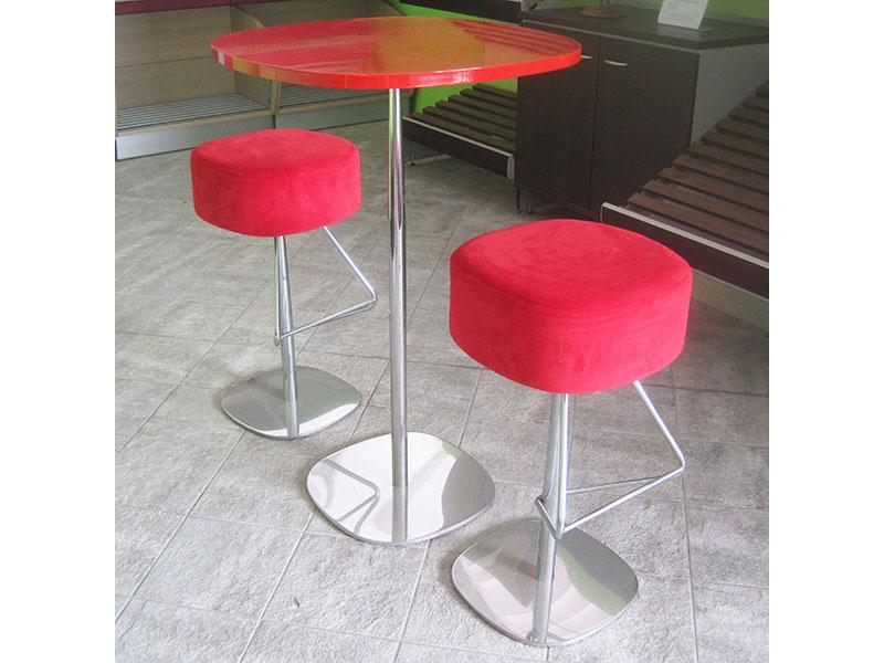 Tavolino snack laccato con sgabelli imbottiti in velluto rosso